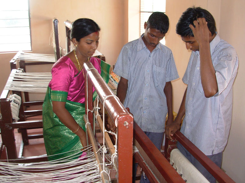 Weaving workshop – 25 young people follow a two-year course