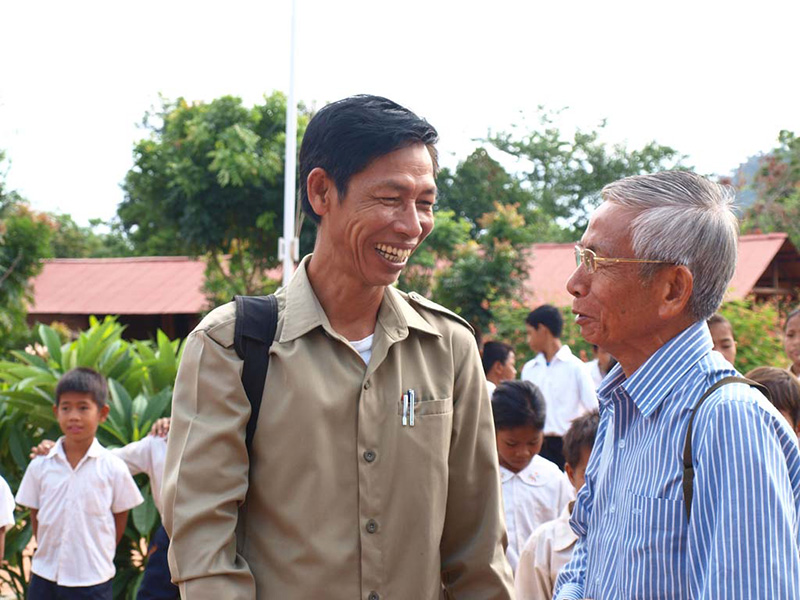 Chamrong LO in discussion with a local official